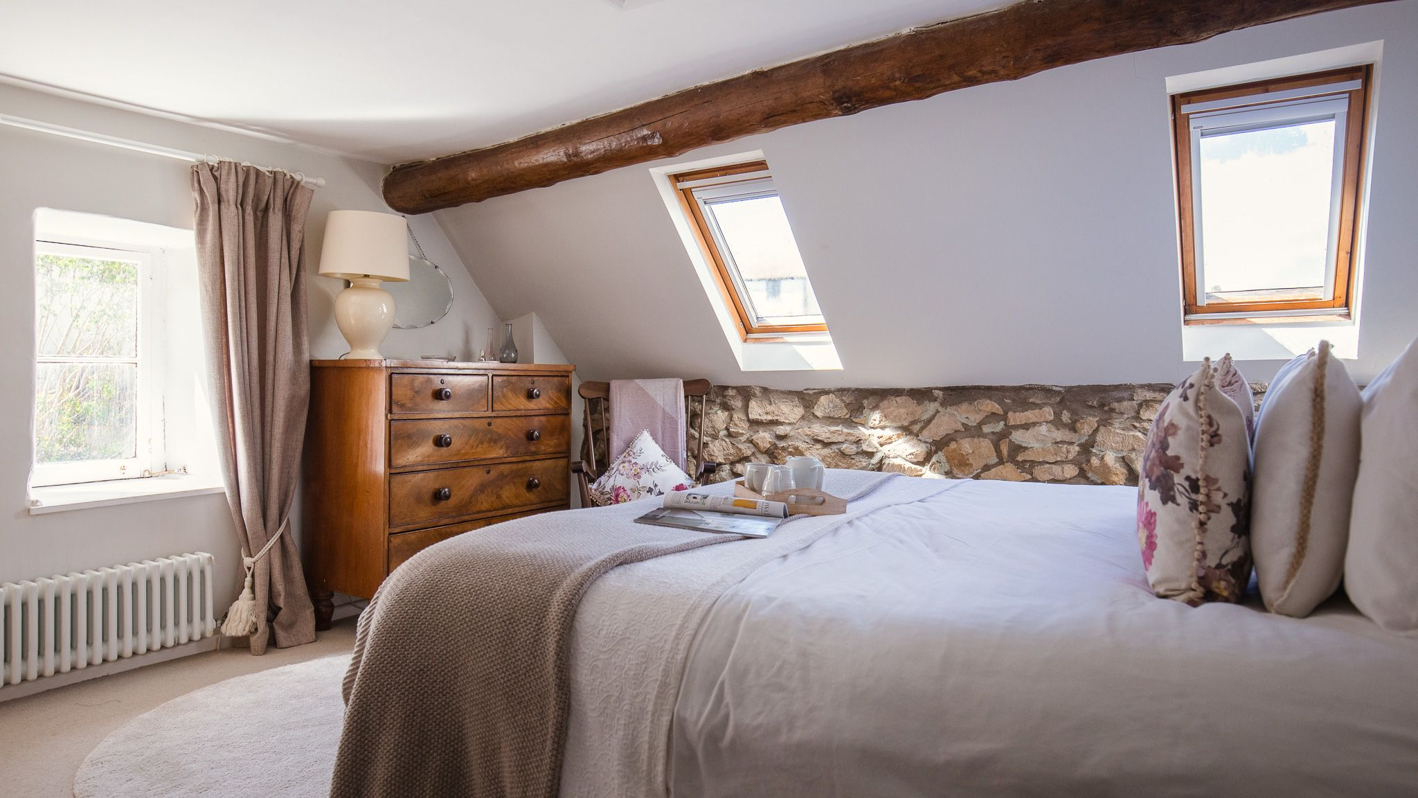 Master bedroom with king-size bed, Walkley Wood Cottage, Bolthole Retreats