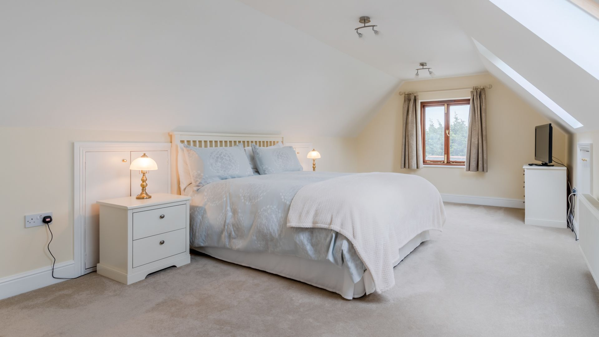 Bedroom One, Orchard View, Bolthole Retreats