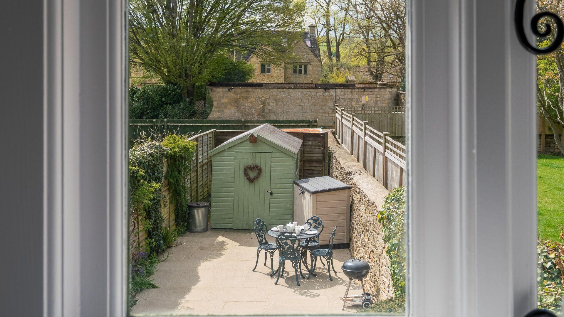 Courtyard patio view, Forsythia Cottage, Bolthole Retreats
