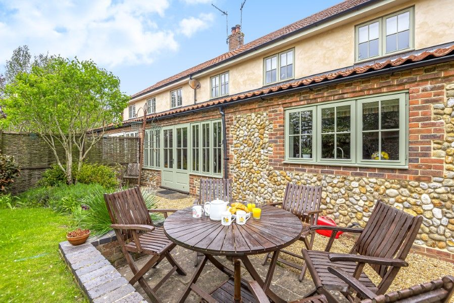 2 Waterhall Cottages | Garden table