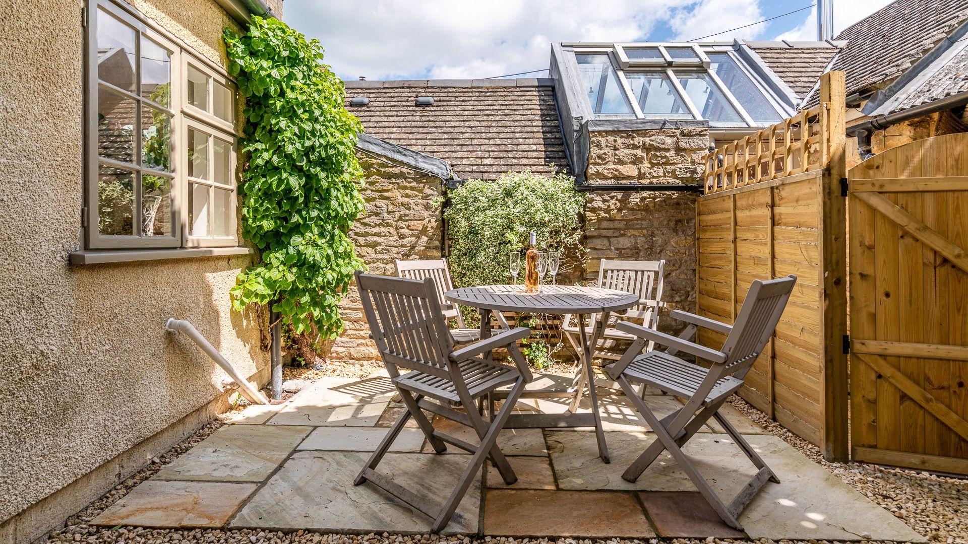 Courtyard patio, Poppy Cottage, Bolthole Retreats