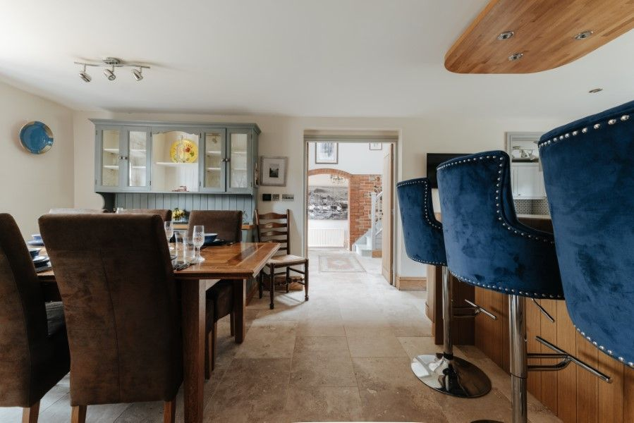 Sextons Barn | Breakfast bar and dining