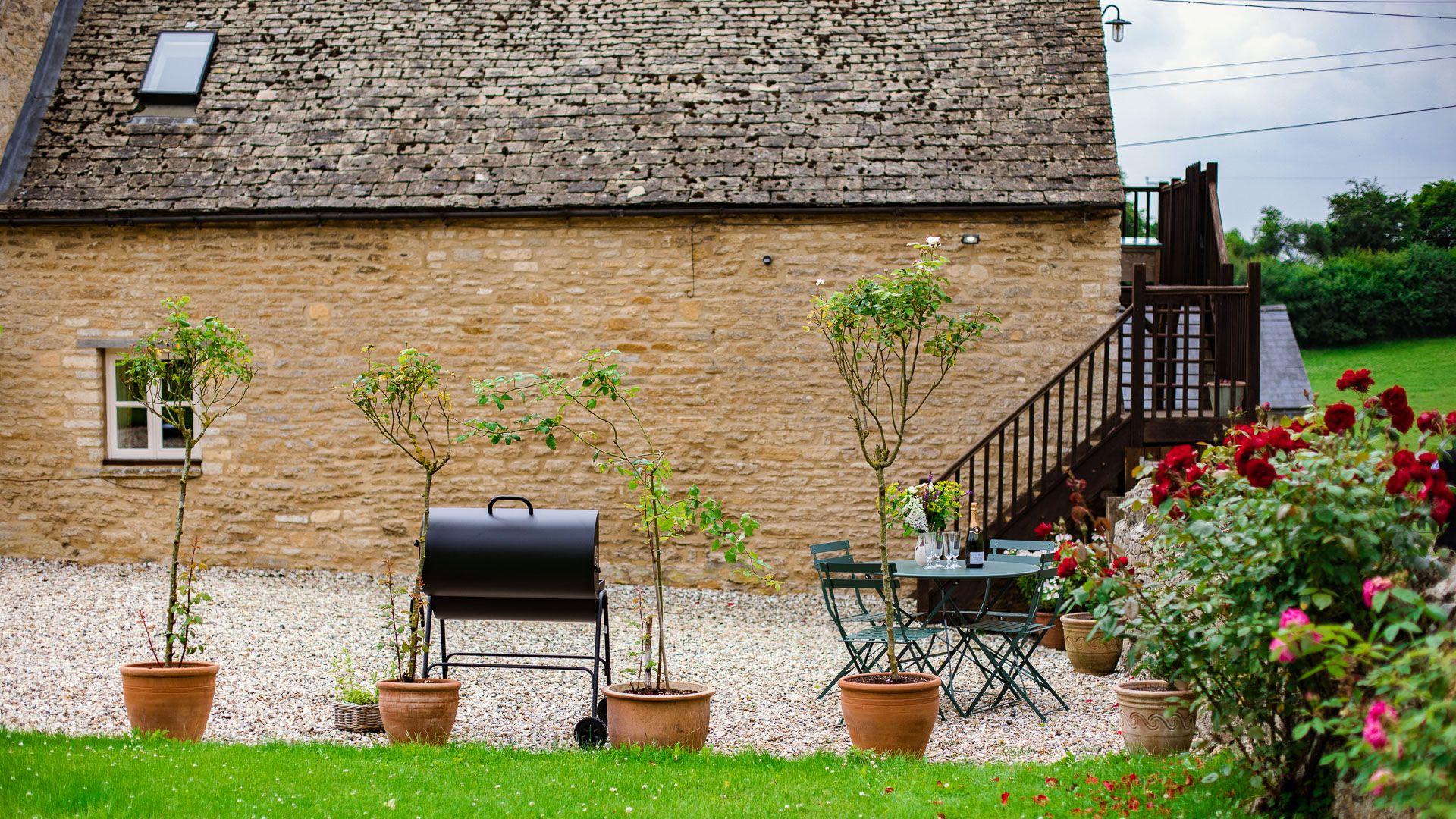 Outside seating area and BBQ, Hayloft at Newbarn Farm, Bolthole Retreats