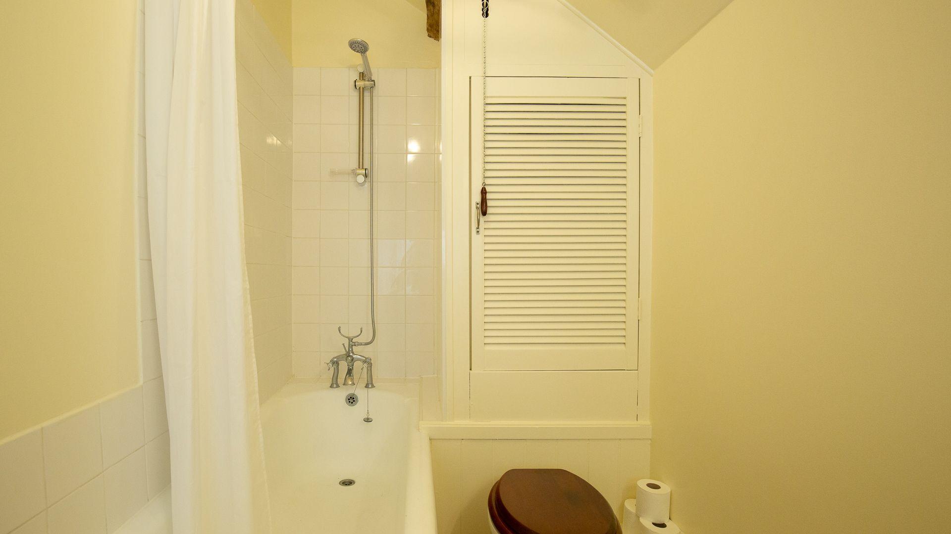 Family bathroom, Hayloft at Newbarn Farm, Bolthole Retreats