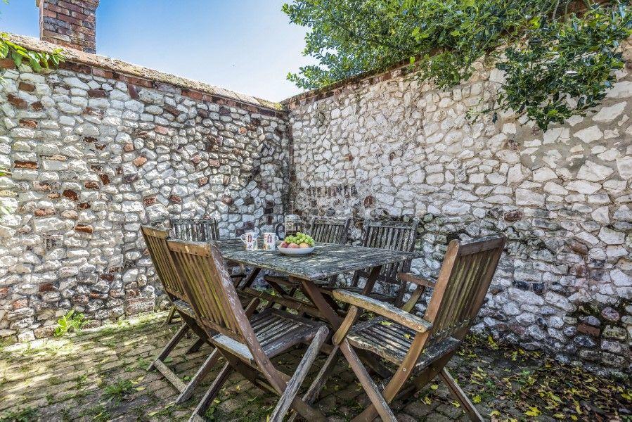Skeet Cottage | Outside table