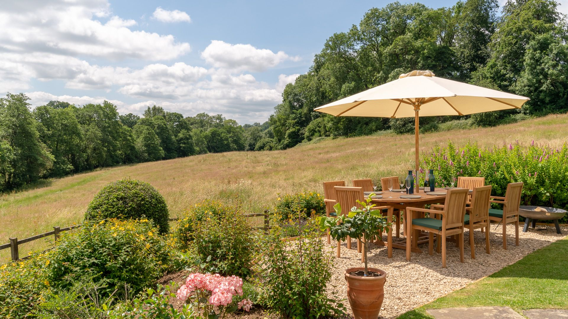Garden and dining area, Court Cottage, Bolthole Retreats