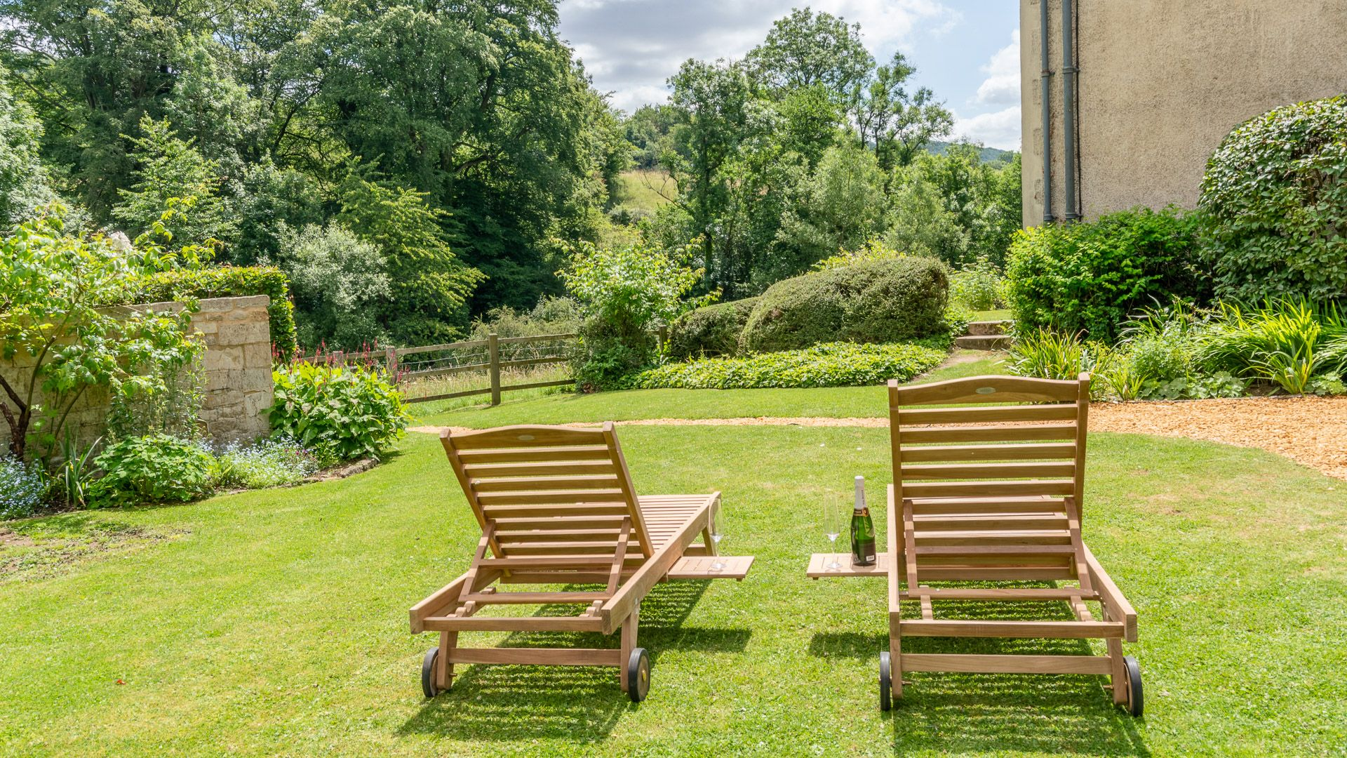 Side garden and sun loungers, Court Cottage, Bolthole Retreats