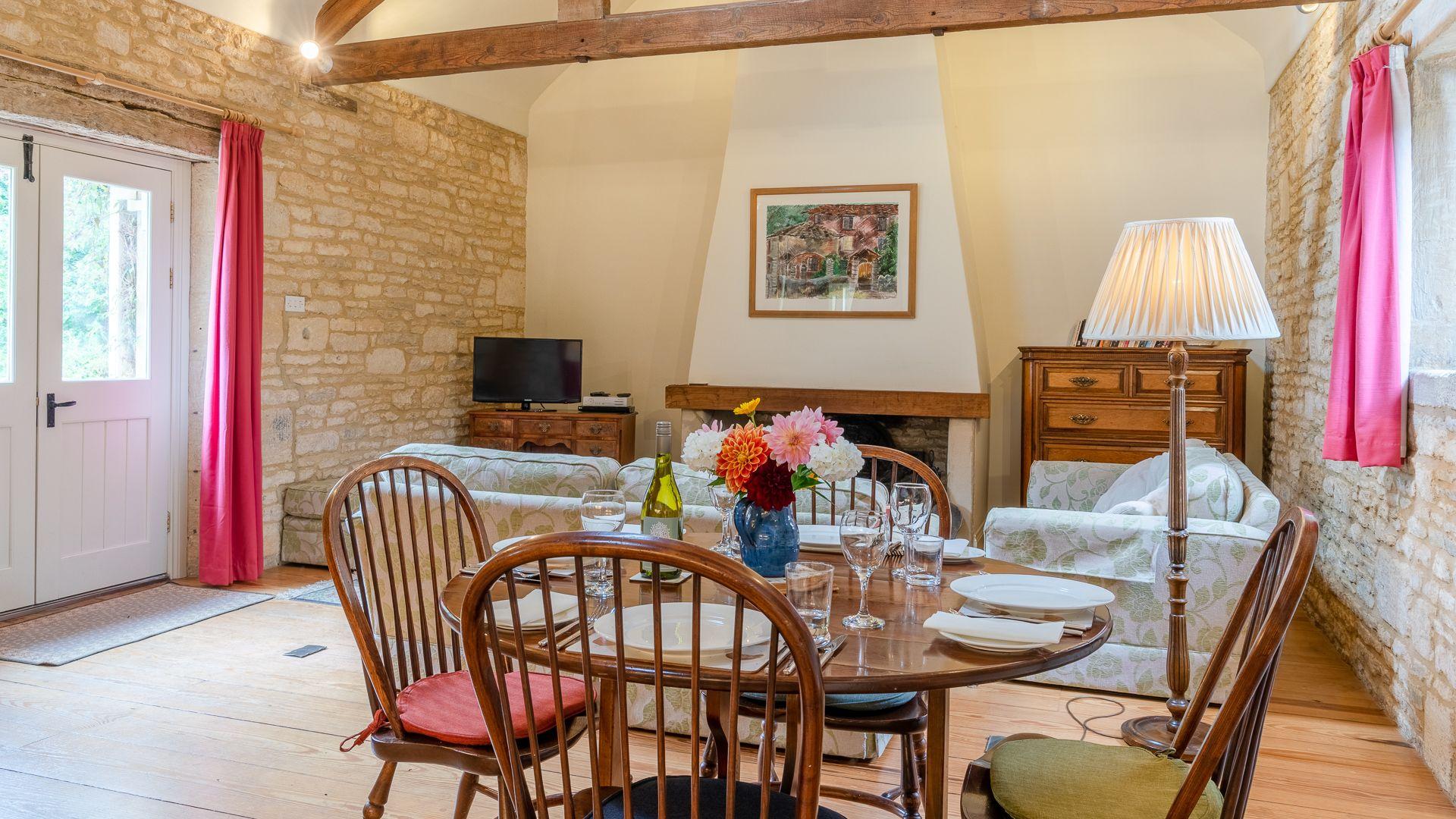 Dining-living area, Aylworth Manor Granary, Bolthole Retreats