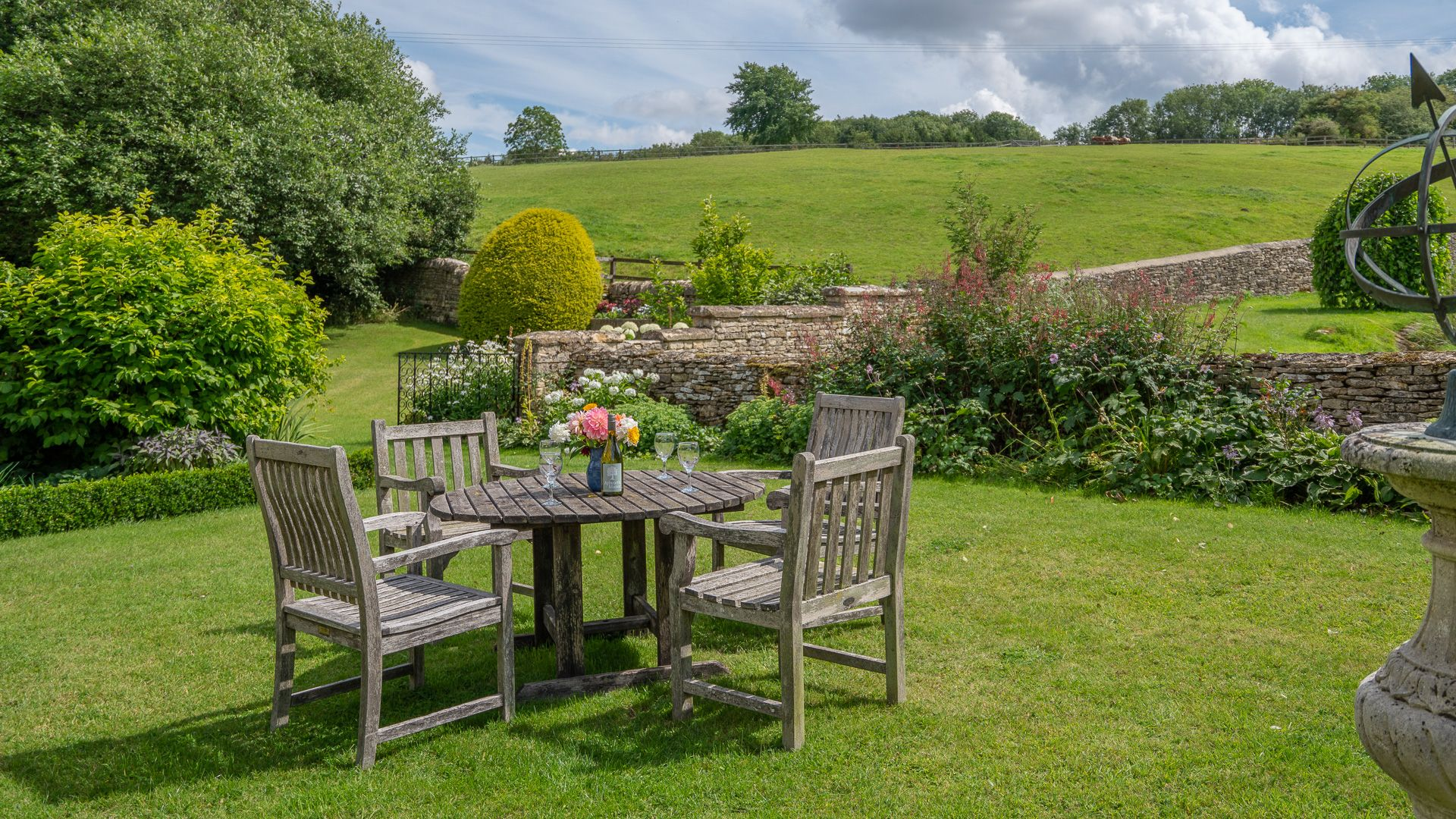 Gardens and outside dining area, Aylworth Manor Granary, Bolthole Retreats