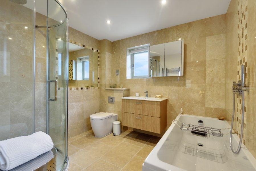 Christel Cottage   En-suite bathroom