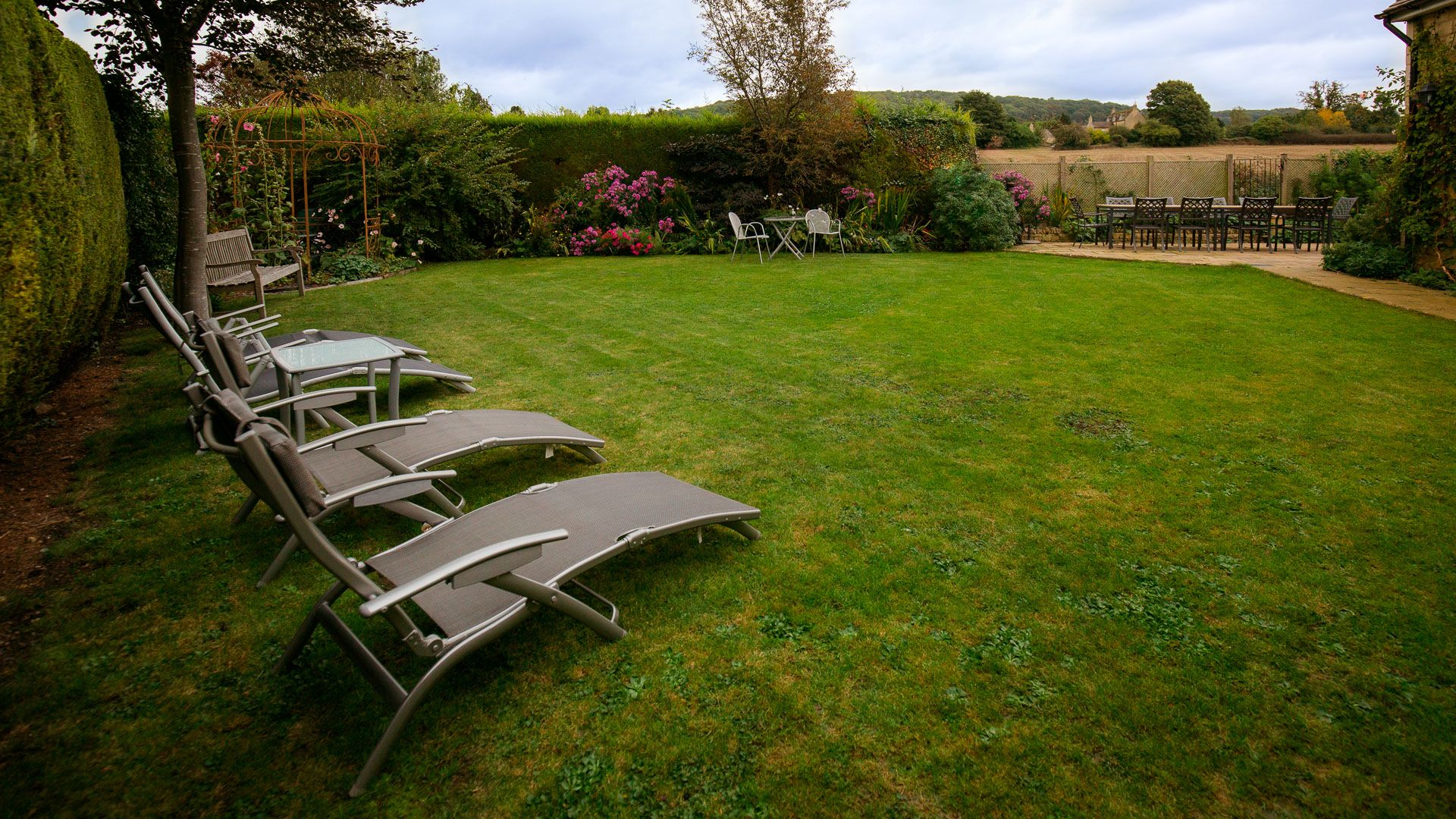 Lawn and sun loungers, Kingfisher Cottage, Bolthole Retreats