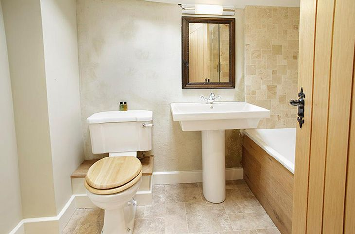 Cruick Barn: First floor en-suite bathroom with bath and shower over