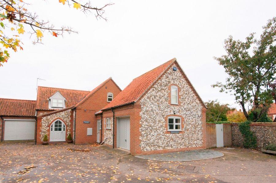 Creake Road Cottage   Autumnal outside