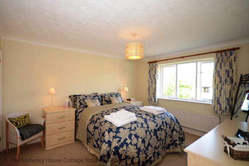 Large Image - Main bedroom with en suite bathroom