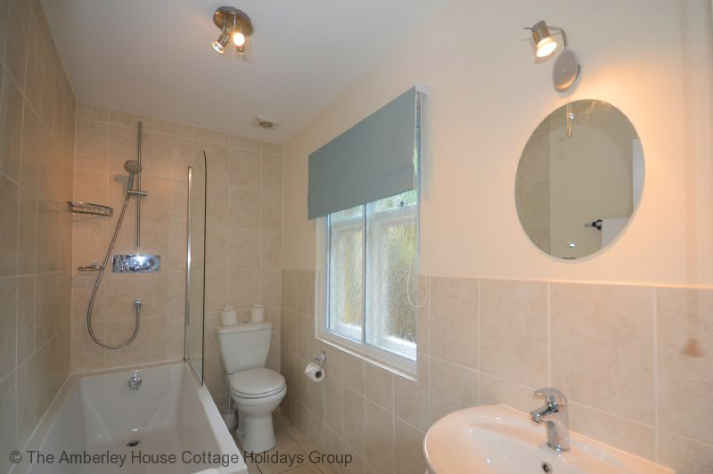 Large Image - The clean and bright bathroom