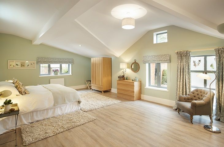 Ground floor: Spacious bedroom with 6' double bed