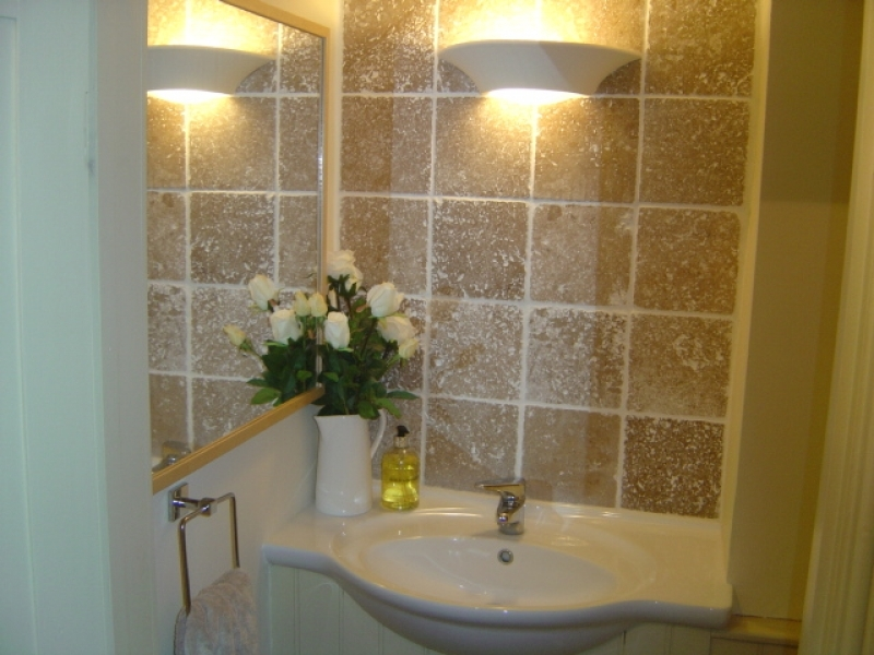 Arch Cottage   Cloakroom