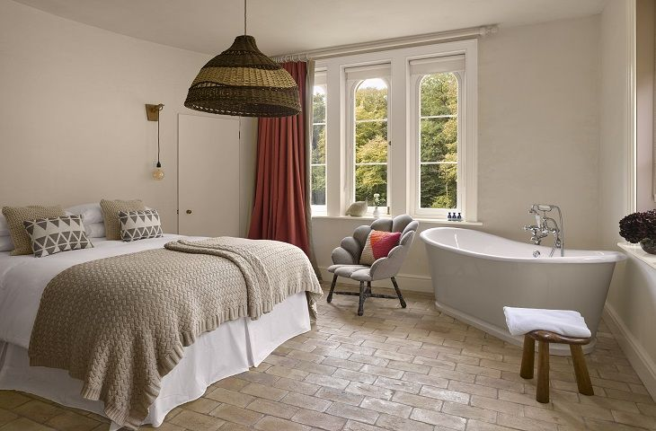 Garden Cottage - Ground floor - Bedroom with king size bed, bath and an en-suite wc and basin