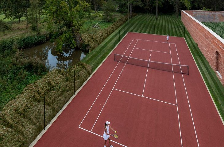 Use of a tennis court