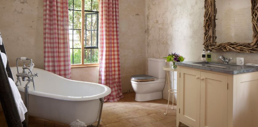 Ground floor: Bathroom with roll-top bath