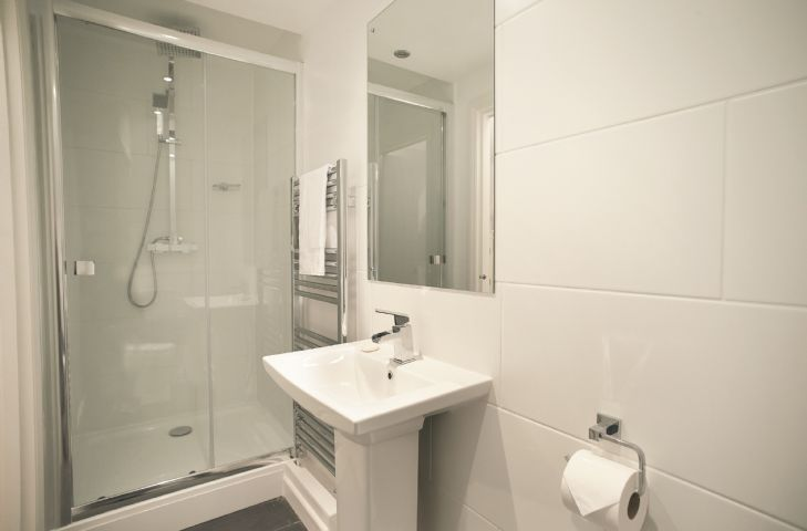 First floor:  En-suite shower room