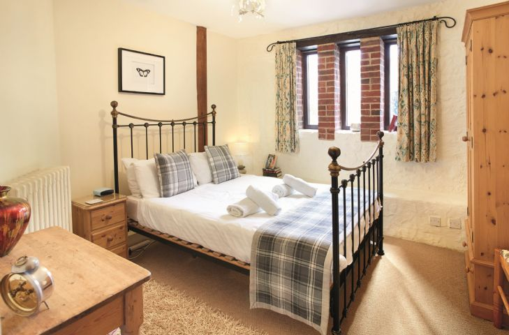 Ground floor: Bedroom with 4'6 double bed