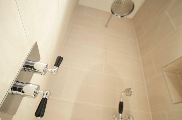 Exeter Wing: Bedroom one has an en-suite bathroom with separate walk in shower