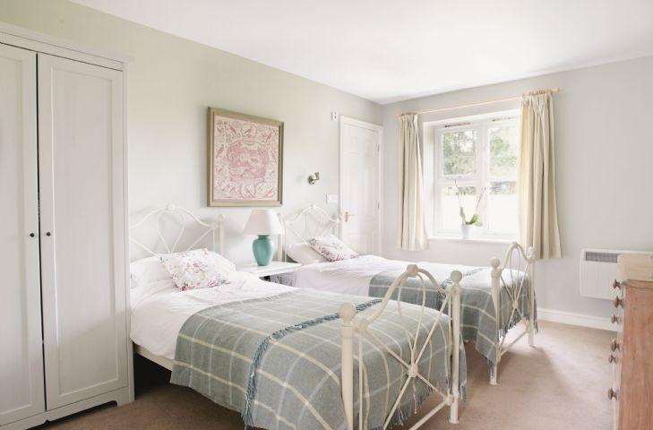 Ground floor:  Twin bedroom with 3' beds with small en-suite shower room