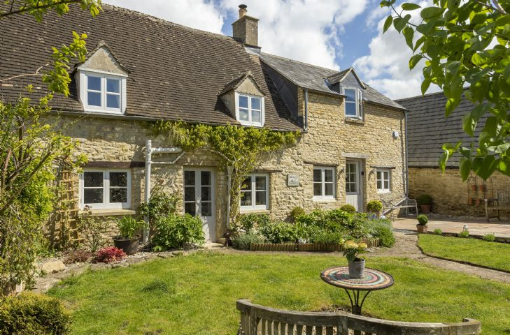Mole End Cottage is a beautiful 18th century cottage which has been refurbished to a superb standard