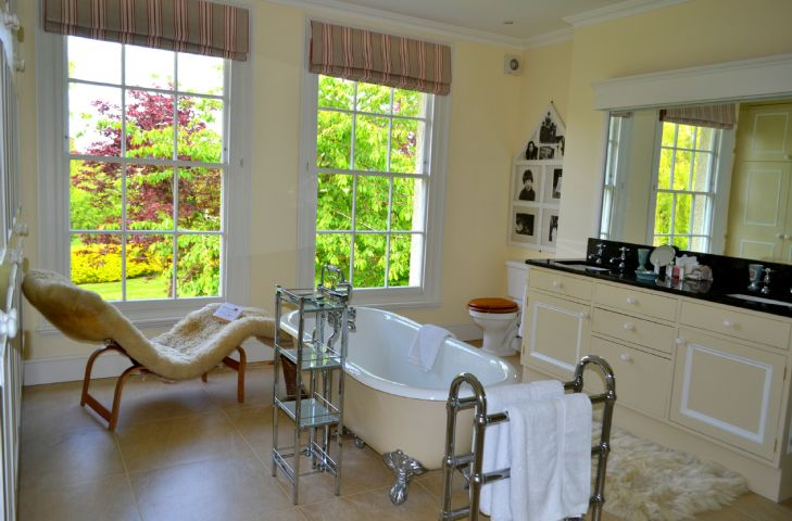First floor: En-suite to the master bedroom with roll top bath and separate walk in shower