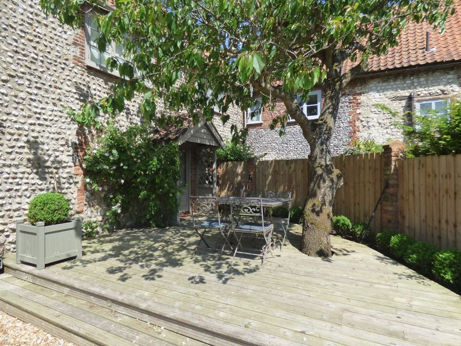 Garden House   Decked area