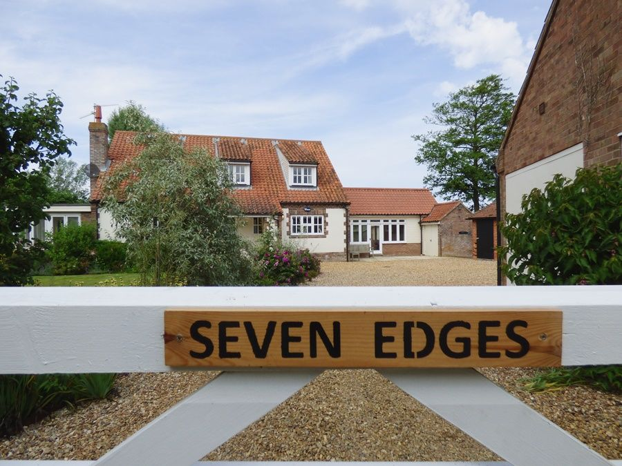 Seven Edges | Entrance with annexe on RHS