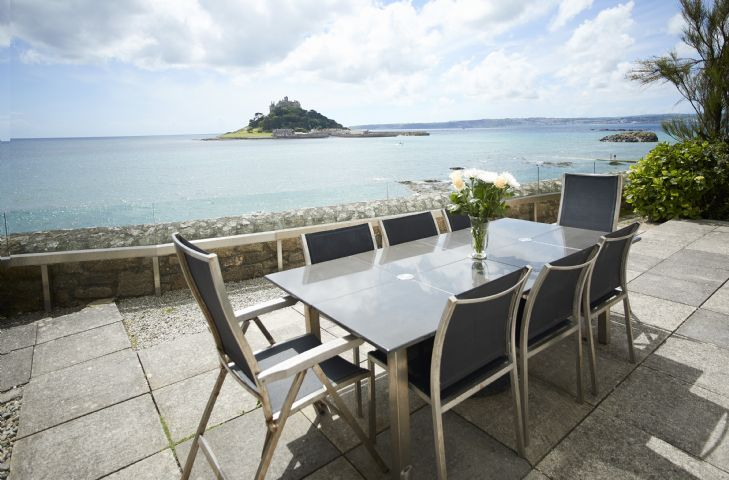 Enjoy alfresco dining whilst entertaining and relaxing with this exquisite view