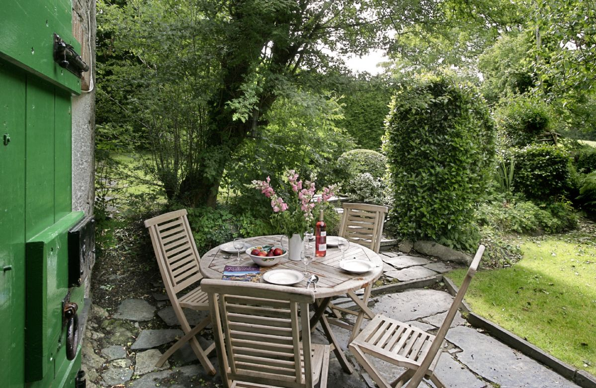 Pretty enclosed south facing garden (not dog proof) with garden furniture