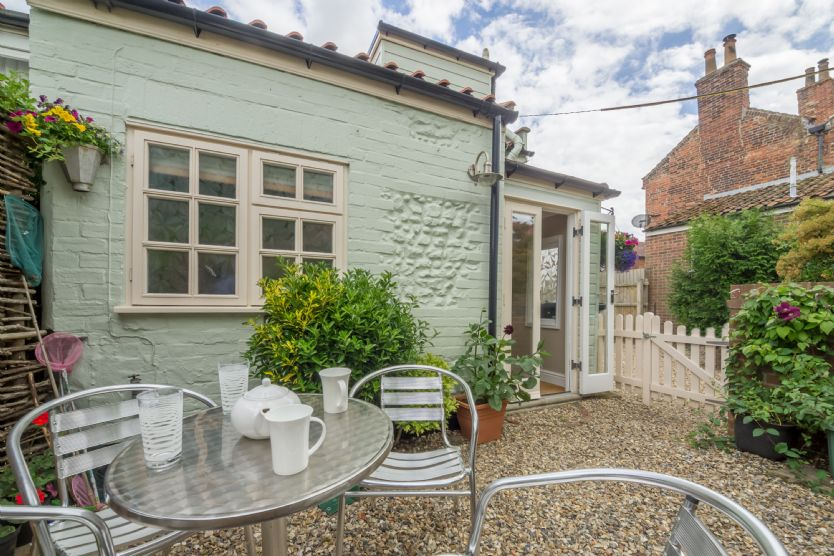 Arnica Cottage: Fully-enclosed sunny courtyard garden