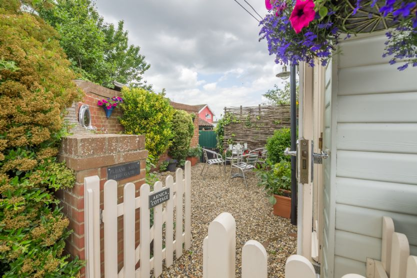 Arnica Cottage: Pretty outside space offers opportunity to dine alfresco during warmer months