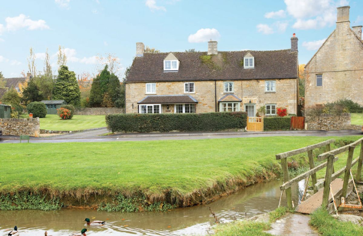 Duckling Cottage is the property with the green paintwork to the right of the image