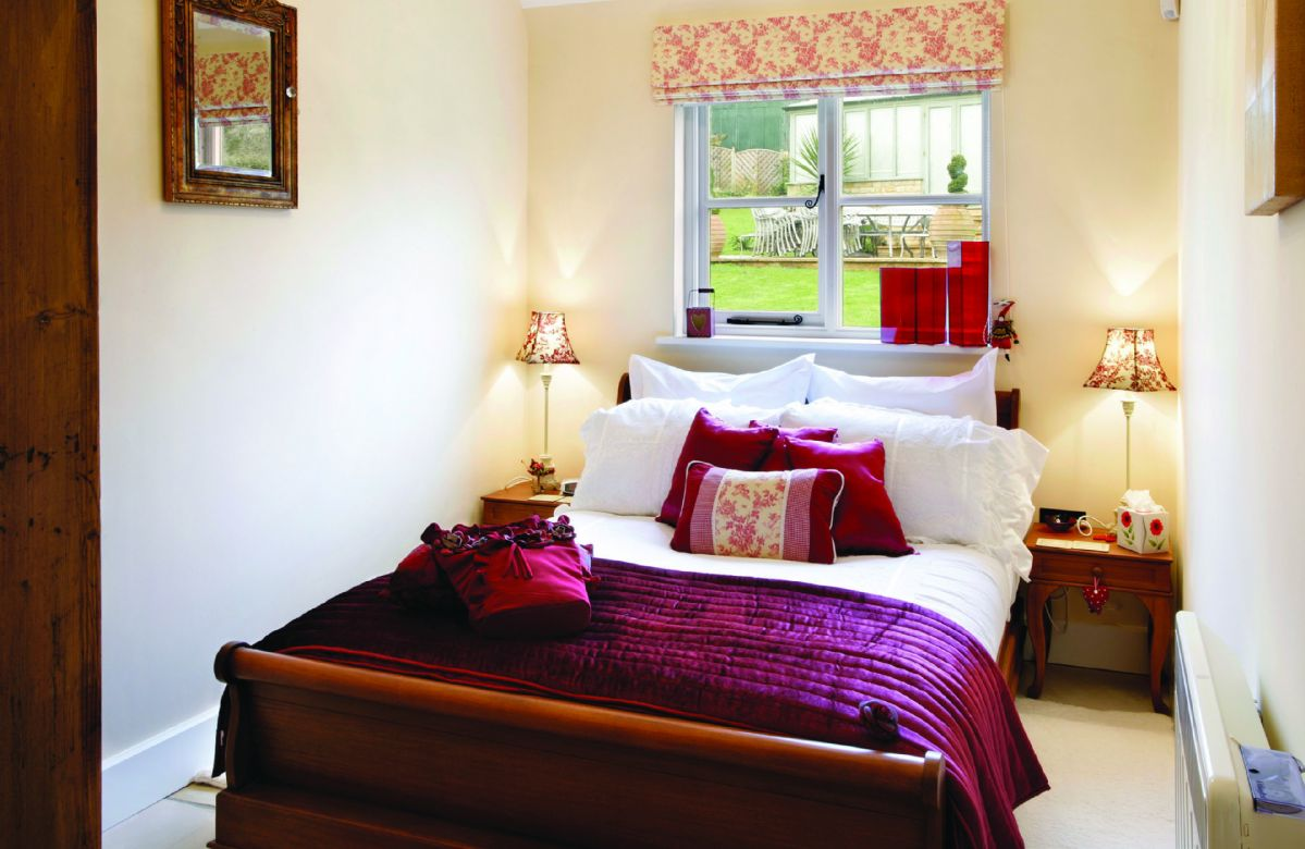 Ground floor: Large double bedroom with 4'6 bed