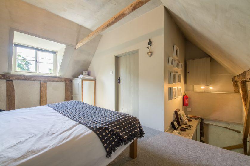 First floor: King size bedroom