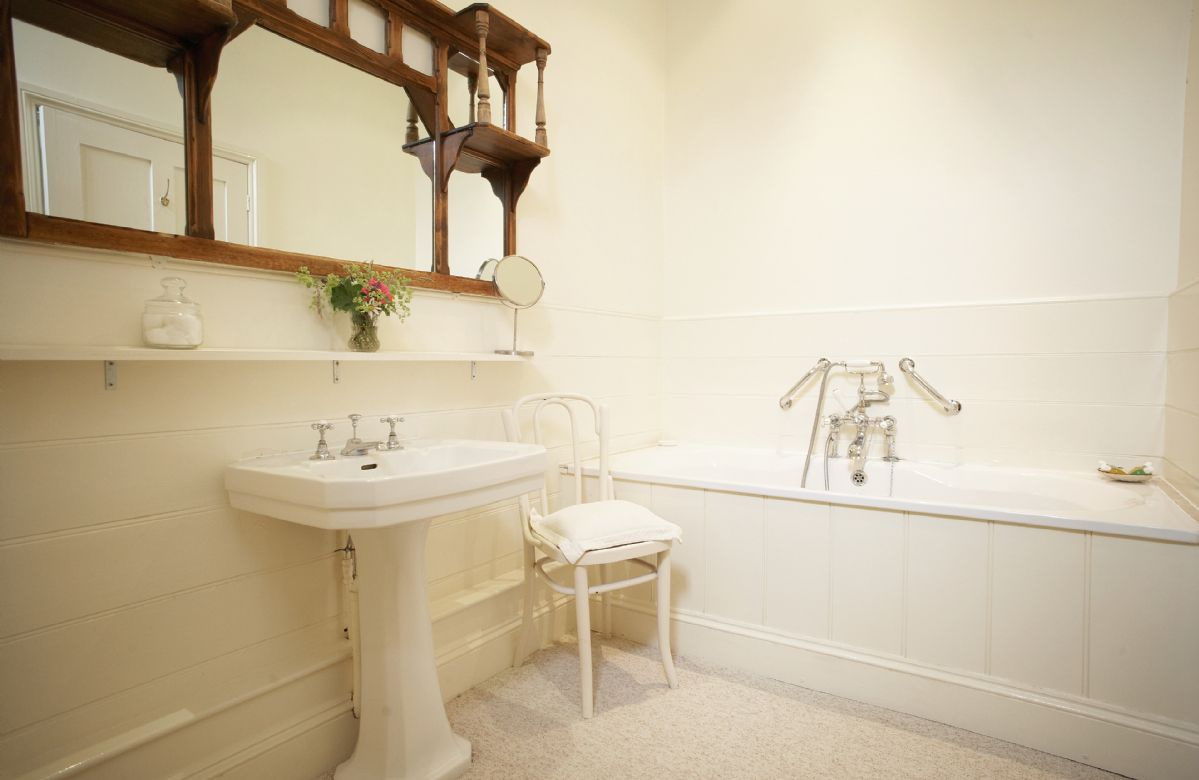 First floor: En-suite bathroom