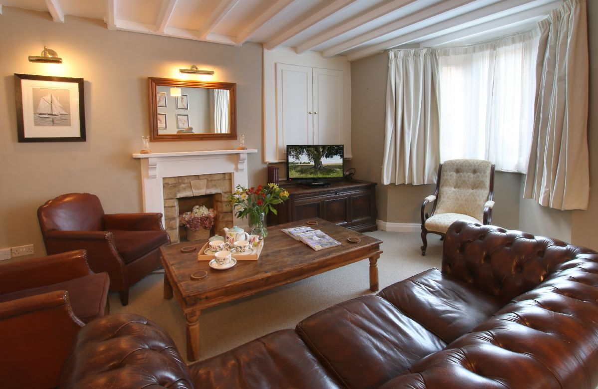 Ground floor: Sitting room with dining table