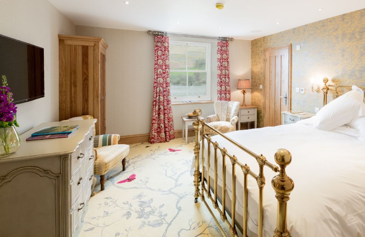 First floor: Bonscale has a 5' king size bed with Vispring Elite mattress and en-suite subterranean natural stone bathroom with bath and separate monsoon and raindrop showers