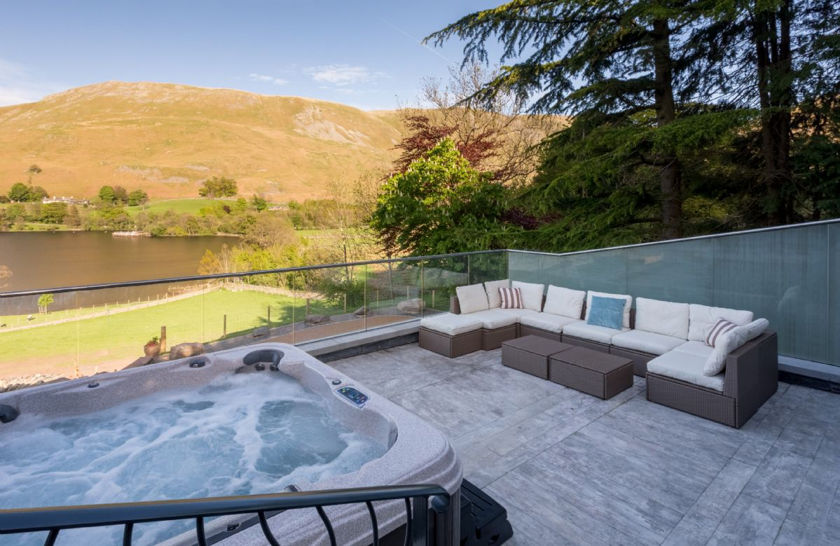 Waternook: Infinity terrace including external hot tub, complete with underwater mood lighting and waterfall effect