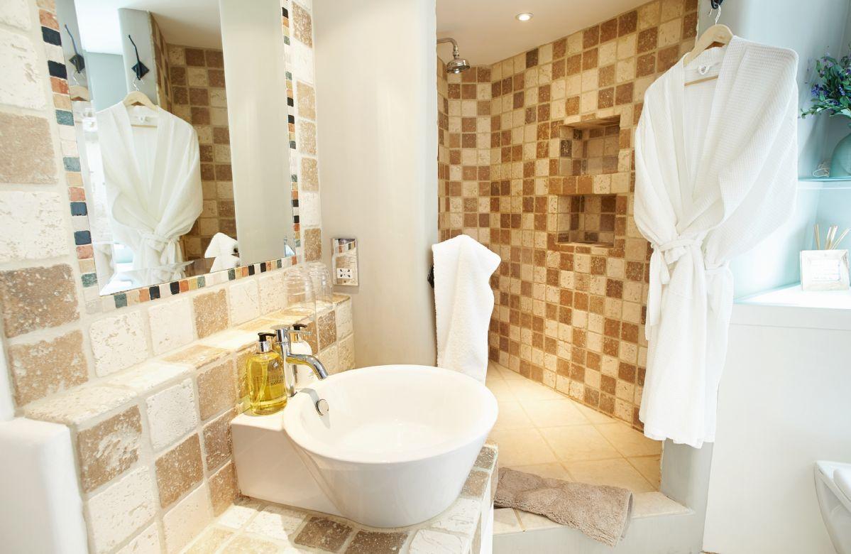 Ground floor:  En-suite bathroom with bath, separate power shower and wc