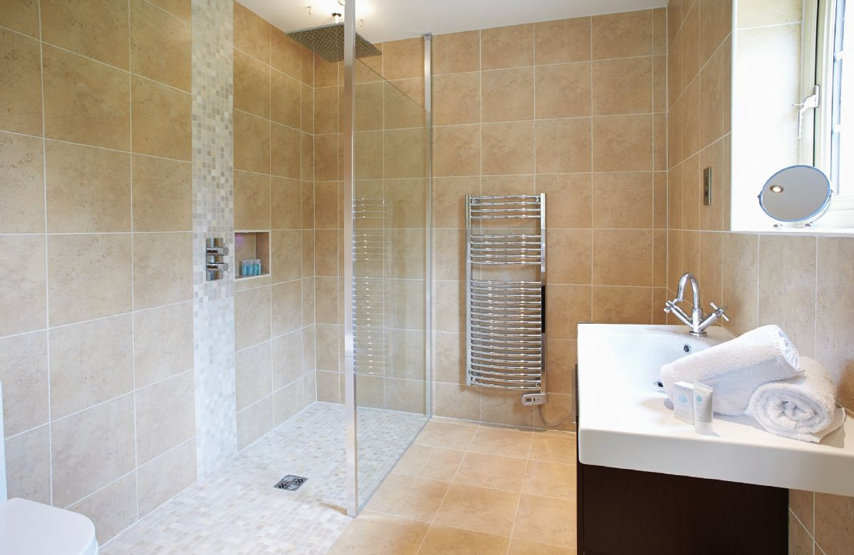 Ground floor: En-suite shower room