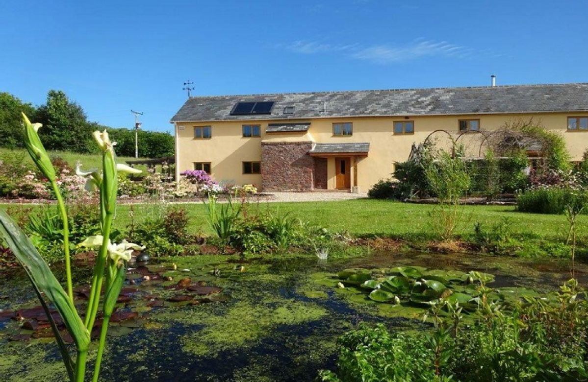 Middle Hollacombe Farmhouse is detached and accommodates 6 guests