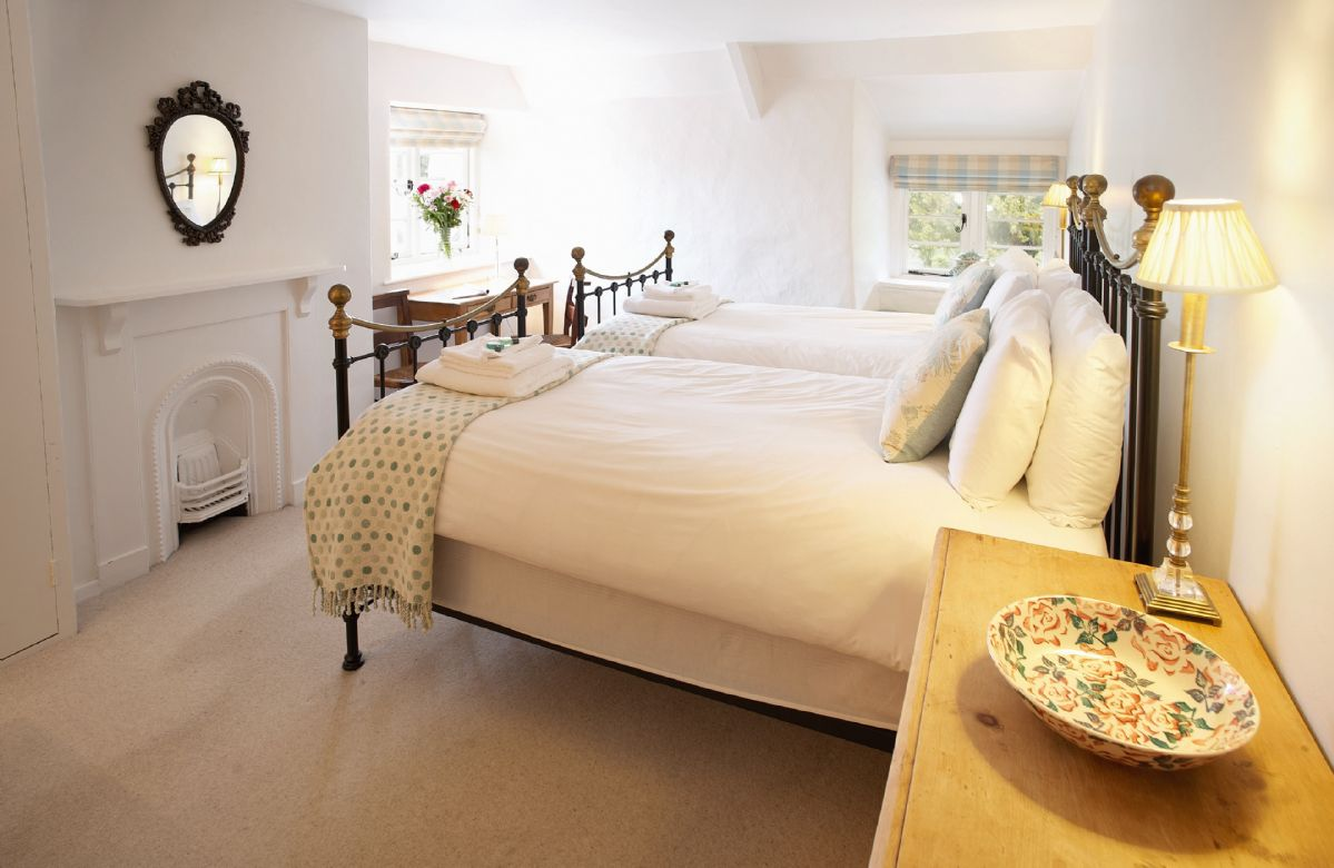 First floor:  Twin bedroom with 3' beds and en-suite bathroom with shower over the bath