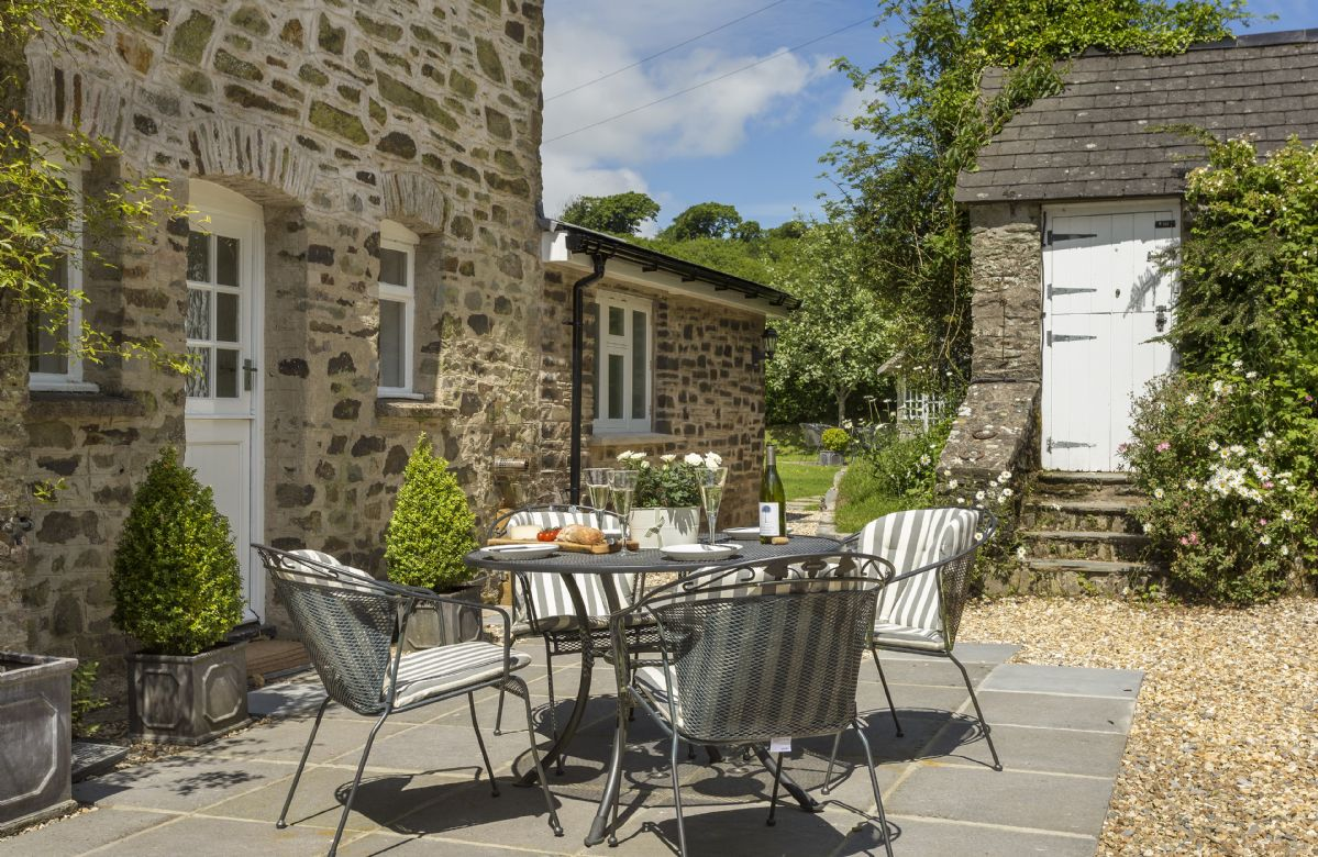 Enjoy lovely alfresco suppers in the sun