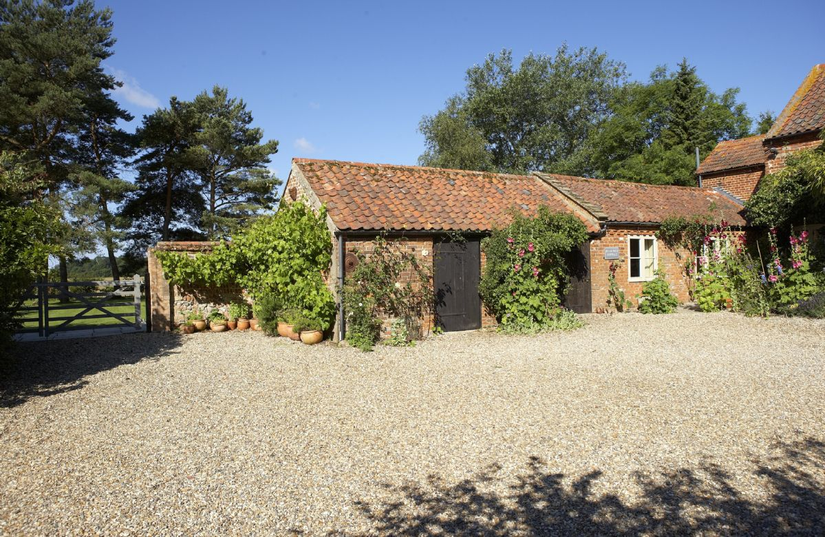 Pear Tree Cottage is a typical north Norfolk holiday cottage offering accommodation for 4 Guests, situated in a quiet rural position with unspoilt views of open countryside