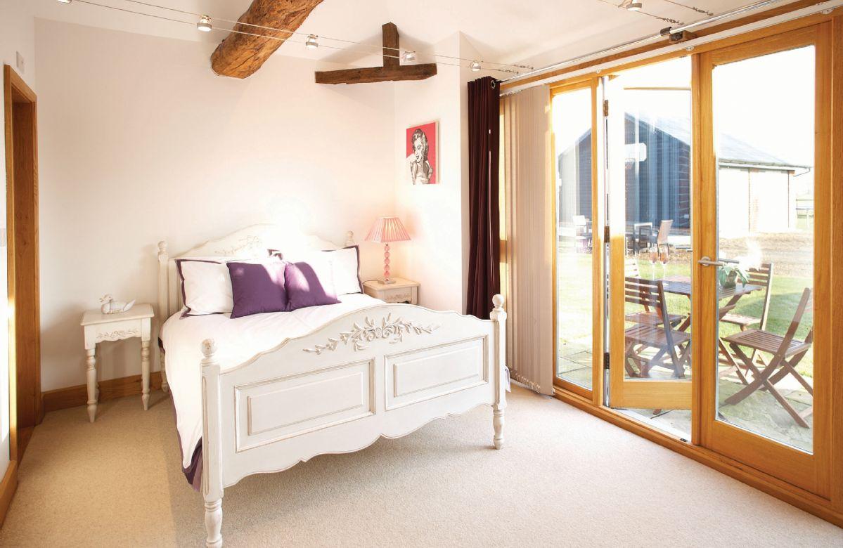 Ground floor:  Double bedroom with 5'6 bed with en-suite bathroom with shower over bath